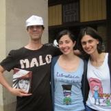 Día del Libro 2014. Zaragoza, Paseo Independencia. Roberto Malo, con las libreras de El Gato de Cheshire, Karol Conti y Beatriz Lezcano.